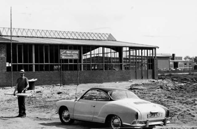 Paul Lüske vor dem Neubau (1967)